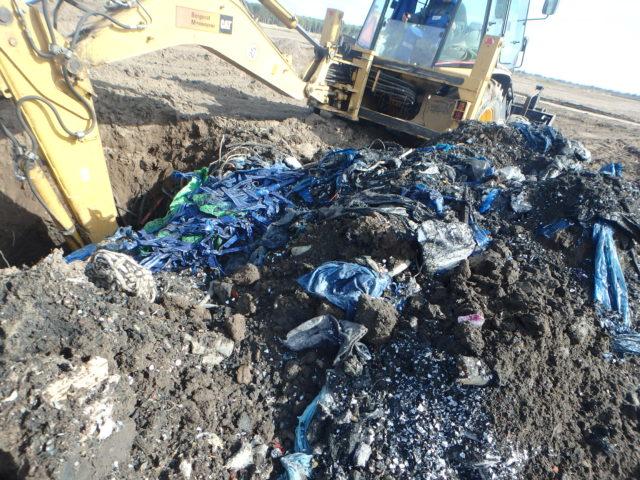 Fot. 3 Odpady odkryte pod powierzchnią działki