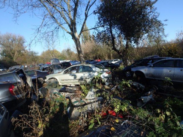 Fot. Miejsce magazynowania nielegalnie demontowanych pojazdów