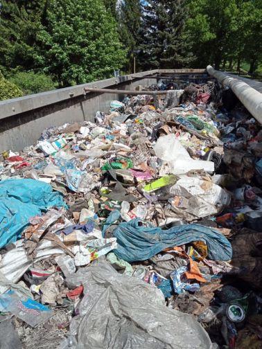 Odkryta naczepa na której znajdują się odpady