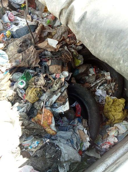 Widoczne odpady komunalne takie jak: opony, puszki, folia